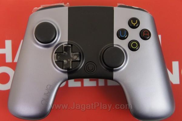 Bagian tengah kontroler yang berwarna hitam ini bukanlah sekedar hiasan - melainkan sebuah touchpad.