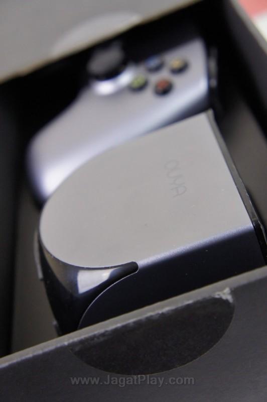 Ukurannya yang kecil membuat konsol ini portable dan mudah ditempatkan di manapun.