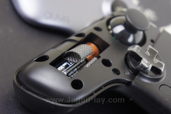 Baterai kontroler diletakkan di dalam untuk meminimalisir bentuk bulky untuk tempat baterai seperti di kontroler Xbox 360.