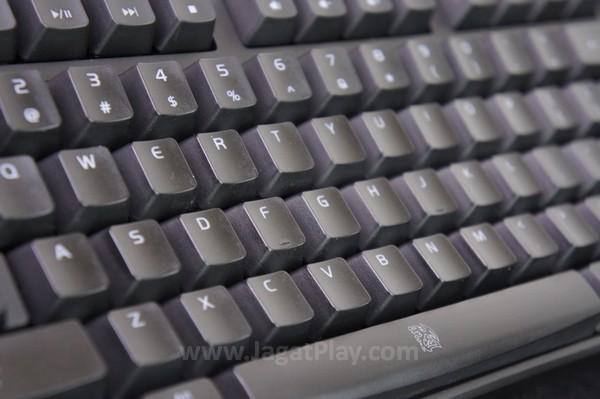 """Thermaltake tidak menghadirkan fitur """"ajaib"""" di Poseidon ini. Ia ditawarkan sebagai sebuah keyboard mekanikal standar yang memang ditujukan untuk menjalankan misi utamanya - menyediakan pengalaman gaming super nyaman dengan optimal."""