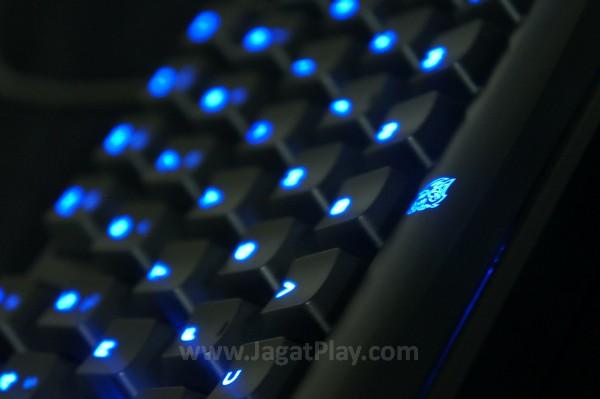 """Sesuai dengan temanya - """"Poseidon"""" yang notabene merupakan seorang dewa laut, keyboard ini juga menawarkan atmosfer serupa lewat pemilihan lampu LED yang menyala lembut."""