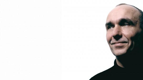 Peter Molyneux merasa bahwa EA bukanlah perusahaan yang jahat, apalagi menyangkut akusisinya ke beberapa developer yang lain.