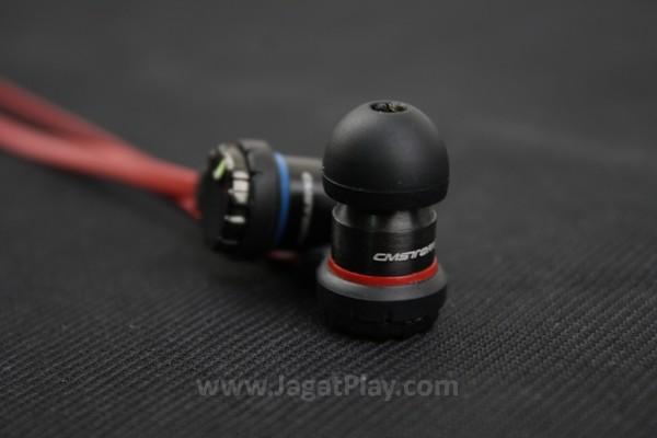Harus diakui, secara kasat mata, headphone ini memang tidak menawarkan sisi kosmetik yang memperlihatkan identitas gamingnya dengan kuat.
