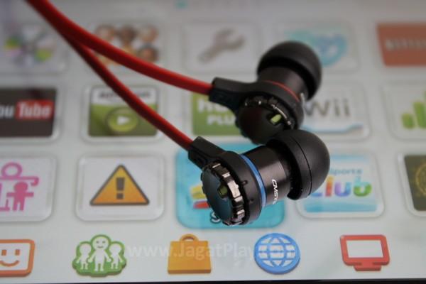 Berbeda dengan peripheral audio gaming lain yang biasanya mengambil bentuk headset super besar, CM Storm mengambil desain sebuah in-ear headphone.