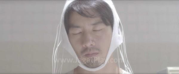 Kesan film berbudget rendah memang terasa kentara. Seperti alat penghapus memori di kepala Kazuya ini. Lebih terlihat seperti sebuah celana dalam putih dengan ekstra tali yang dipakai di kepala?