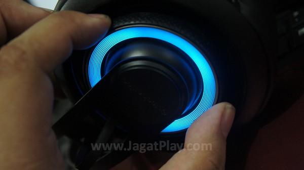 """Kontrol roda """"terselubung"""" di kedua sisi, untuk mengatur audio speaker dan mic secara analog."""
