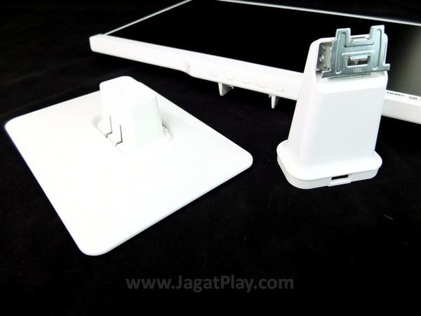 Landasan monitor ini dapat dilepas dan dipasang dengan mudah. Anda juga dapat menempel monitor ini di tembok atau di atas stand pameran.