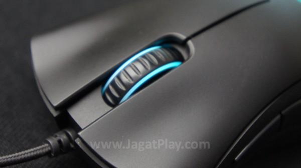 """Berbeda dengan sebagian besar mouse saat ini, bentuk DeathAdder lebih """"tradisional"""". Tidak ada dua tombol ekstra DPI untuk mengatur sensitivitas secara instan ala produk kompetitor lain."""