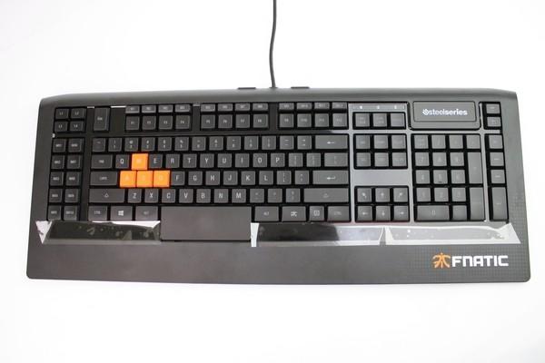 Desain keyboard yang terlihat lebih lebar.