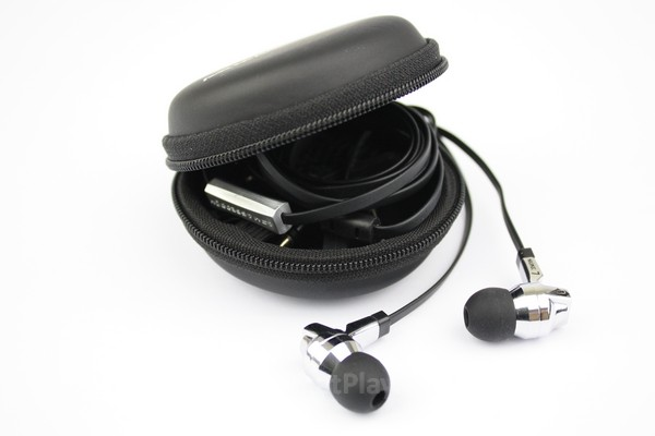 Pouch berkulit keras menjamin keamanan earphone ketika bepergian