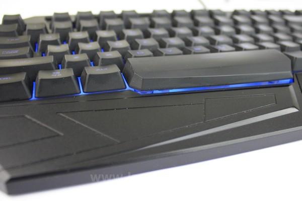Profil keyboard lebih tinggi dibandingkan keyboard biasa