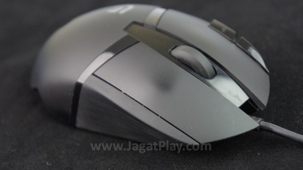 Bahan plastik mendominasi build mouse ini.