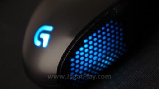 Lampu LED difokuskan di belakang mouse. Tidak hanya di logo G, tetapi juga kedua sisi mouse.
