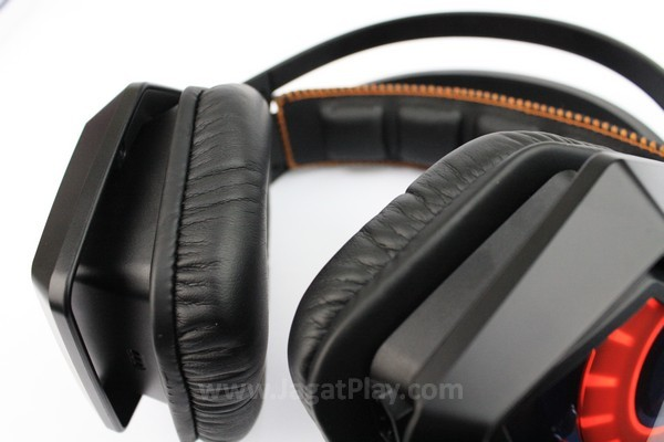 Driver speaker dapat menekuk dan menyesuaikan diri dengan kontur kepala