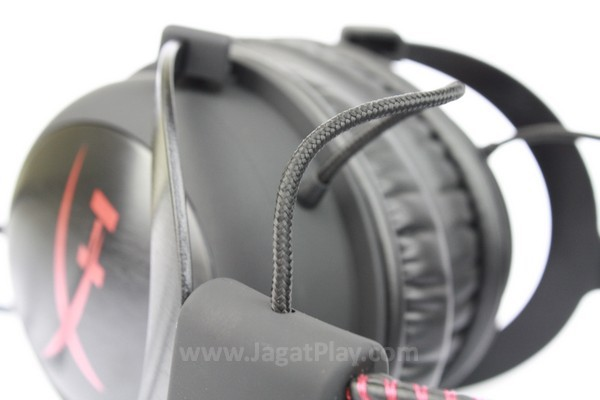 Driver dan headband dihubungkan dengan kabel