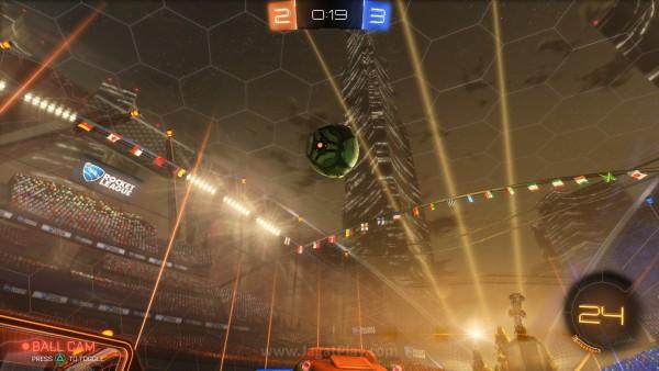 Anda bisa mengunci kamera pada bola, sehingga tak pernah kehilangan arah.