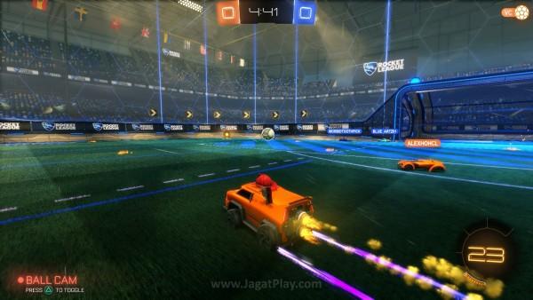 Mengumpulkan resource berbentuk bola kuning di sekitar arena, Anda  bisa mengumpulkan resource untuk boost.