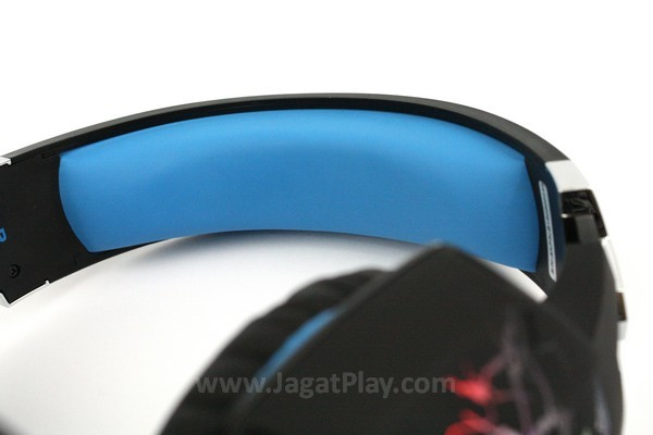 Busa empuk di headband selain untuk kenyamanan juga dapat menstabilkan posisi headset