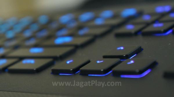 Seperti menari di atas pelangi, setiap key ini diperkuat dengan LED yang mampu menyediakan variasi jutaan warna.
