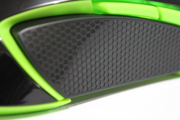 Sisi mouse dibuat dari plastik dan diberikan pola untuk meningkatkan grip