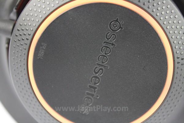Tombol Mic Mute disamarkan dengan permukaan driver headphone sebelah kiri