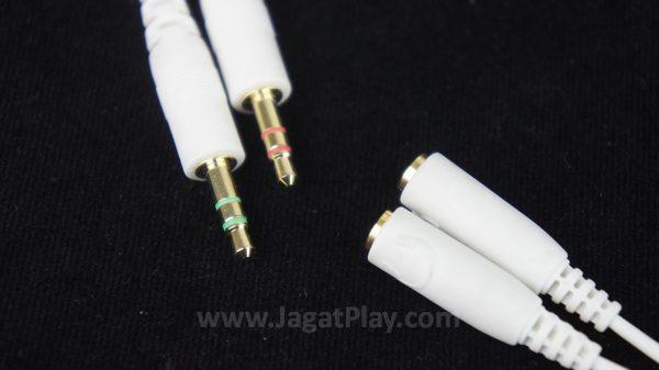 Kabel splitter yang juga disertakan dalam paket penjualan.