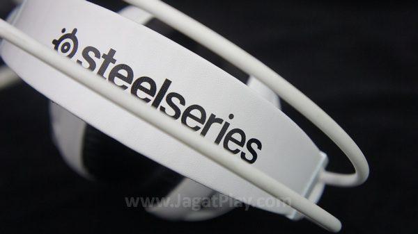 Nama Steelseries yang terpampang jelas di bagian headband.