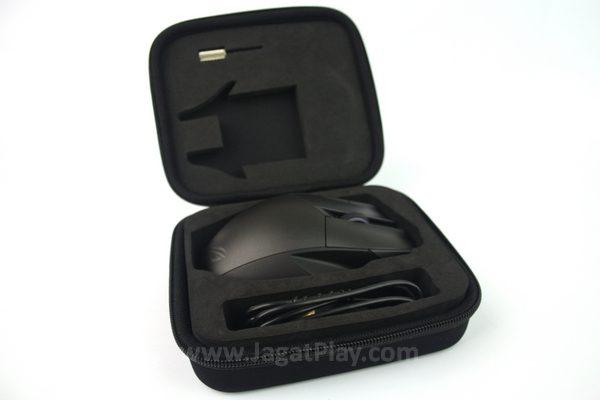 Bagian dalam pouch dilengkapi dengan busa untuk menahan posisi mouse