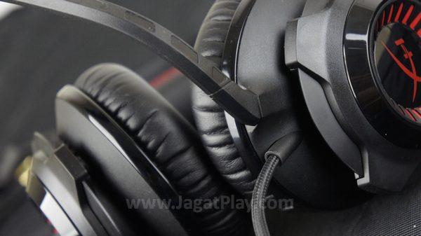 Dengan bahan kulit dan memory foam, headset ini sangat nyaman untuk digunakan.