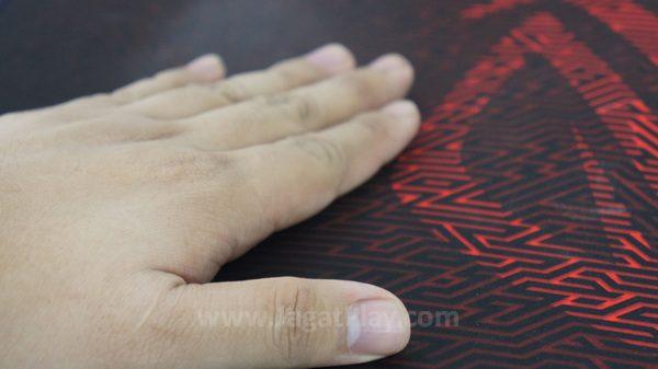 Menyelimuti meja gaming Anda, kebersihan adalah faktor yang harus dipertimbangkan sebelum melirik produk ini.