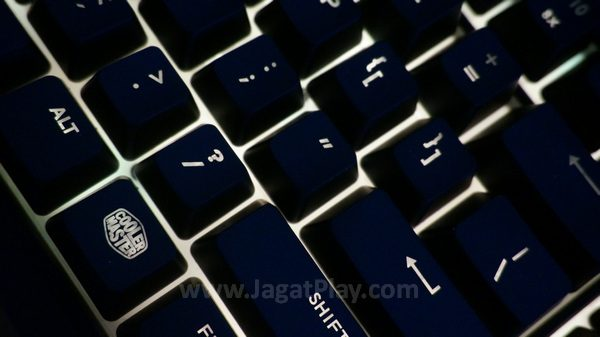 Feel taktil yang tak maksimal membuat sensasi membran yang lebih kentara untuk sisi keyboard.