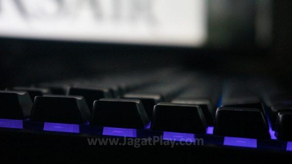 Ia menawarkan fungsi gaming seperti yang Anda butuhkan. Kehadiran tombol ekstra makro membuatnya bisa dioptimalkan untuk genre dengan kombinasi tombol lebih kompleks, seperti MMORPG, misalnya.
