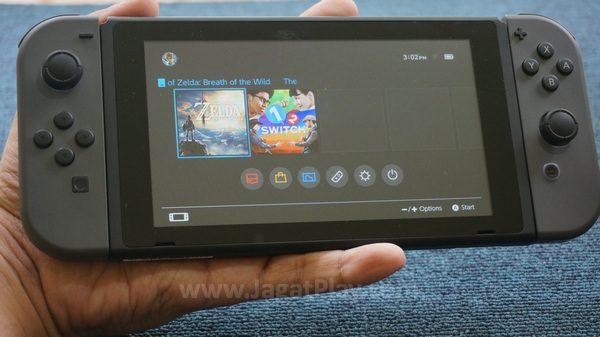 Tablet di tengah dengan layar sentuh ini adalah Switch itu sendiri.