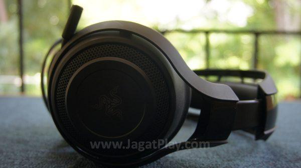 Satu hal yang akan langsung Anda sadari? Benar sekali, tanpa kabel. Razer ManO'War adalah sebuah headset gaming wireless.