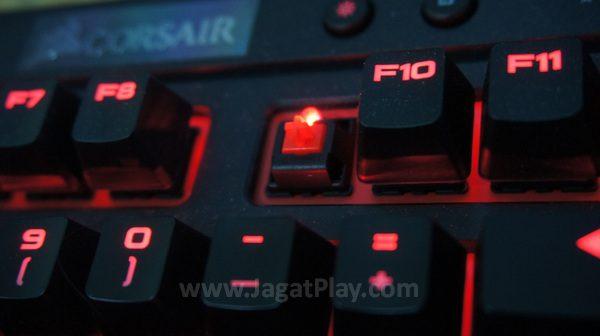 """Di tengah gempuran switch Kailh dan """"eksklusif"""" tiap produsen, Corsair menawarkan Cherry MX Red untuk K63. Sebuah switch dengan sepak terjang yang tak perlu lagi dipertanyakan."""