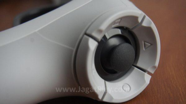 Analog kanan diposisikan di pantat senjata, dengan tombol utama berada di sekitarnya.