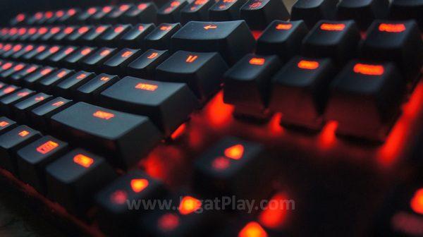 """HyperX Alloy FPS memang bukan keyboard gaming mekanikal yang sempurna. Namun setidaknya, ia berhasil memosisikan dirinya sebagai keyboard dengan desain konvensional yang bisa digunakan secara kompetitif di genre FPS, terutama jika Anda termasuk gamer yang seringkali bertanding di luar """"meja gaming"""" Anda sendiri."""