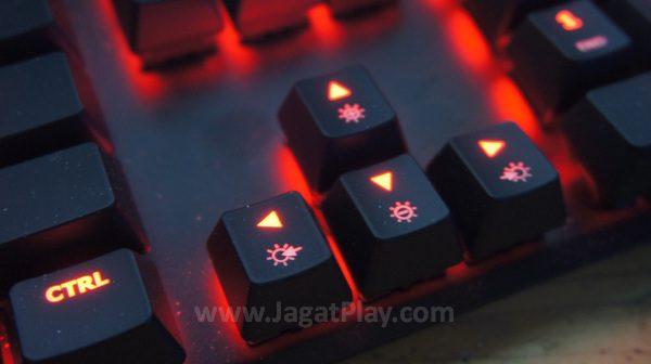 Tanpa dukungan perangkat lunak, ragam efek LED Alloy FPS diatur dengan kombinasi tombol FN + tombol arah.