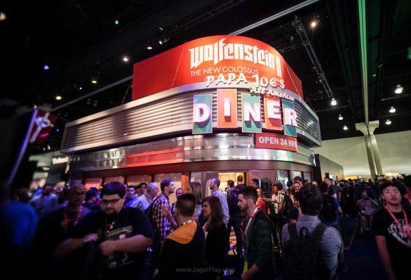 Restoran? Bukan! Di dalam Papa Joe's Diner ini para pengunjung bisa mencoba memainkan Wolfenstein terbaru.