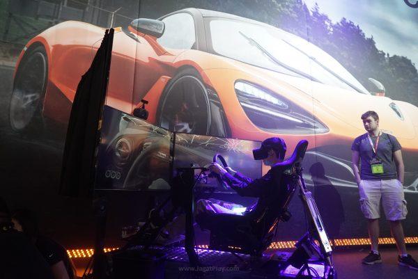 Sistem simulator CARS2 yang mengandalkan wide display, VR, serta sistem pneumatik yang bisa mensimulasikan kondisi di sirkuit dengan baik.