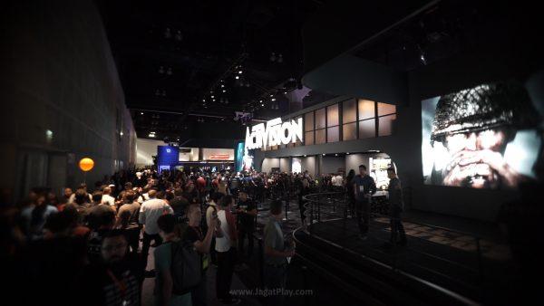 Activision Booth - Selalu penuh dengan antrian orang-orang yang mau mencoba Destiny dan Call of Duty