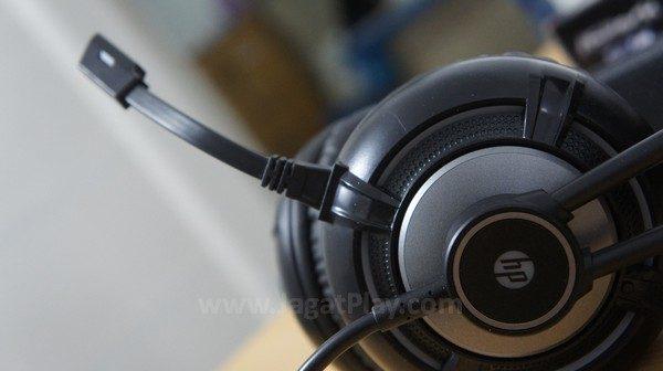Tidak bisa dilipat ke atas atau dicabut, posisi mic yang kaku memang membuat headset ini sulit untuk dibawa-bawa.