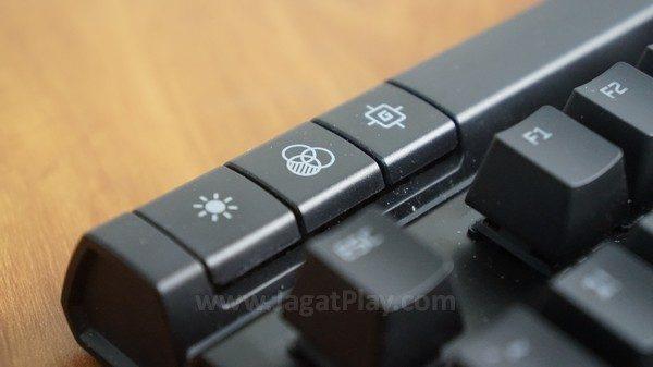 Efek lampu LED dan intensitasnya diatur lewat area tombol ini.