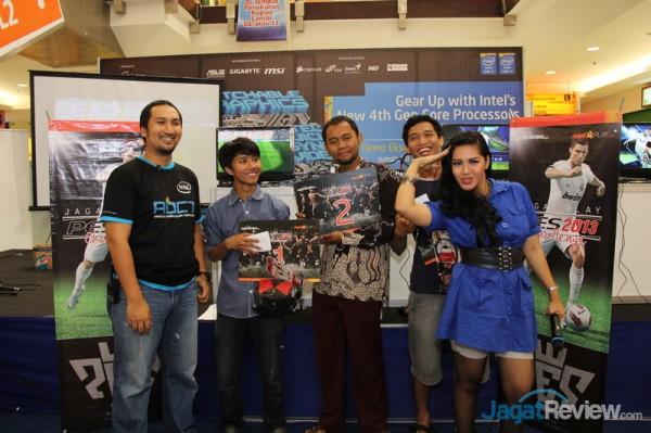 Juara 1, Yudhi, bersama dengan juara 2, Indra, dan juara 3, Revo, berpose bersama Dedy Irvan dari Jagat Review dan MC yang memandu jalannya acara.
