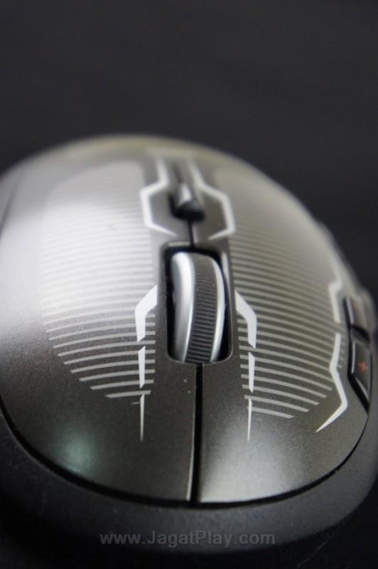 Dengan satu tombol kecil di bagian tengah mouse, Anda dapat mengakses dua mode scroll wheel - konvensional dan longgar.