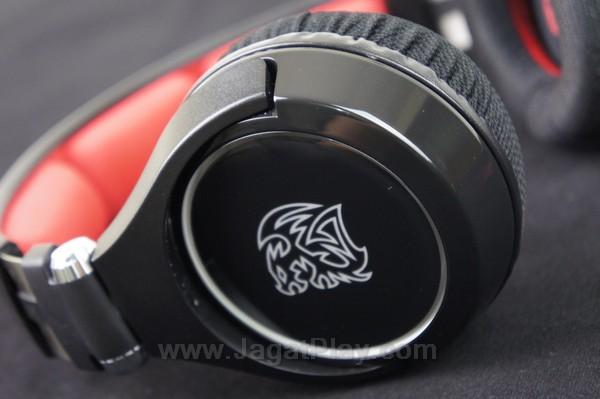 Warna hitam glossy yang dipadupadankan dengan warna merah terang menghasilkan kesan yang elegan dan menarik mata gamer.
