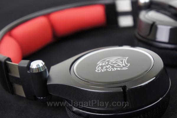 Kedua bagian earpad Cronos ini juga bisa dibuat mendatar untuk proses penyimpanan yang lebih mudah.