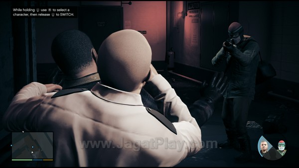 Fakta bahwa Rockstar menyuntikkan identitas para karakter GTA V ini sebagai penjahat veteran membuat mereka cocok bekerja di bawah kendali kekuatan kriminal yang lain. Satu-satunya jalan terbaik tentu saja dengan