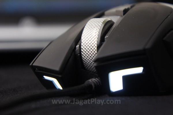 Tidak hanya menyinari batas kontras di bagian atas, lampu LED Reaper juga terdapat di bagian depan.