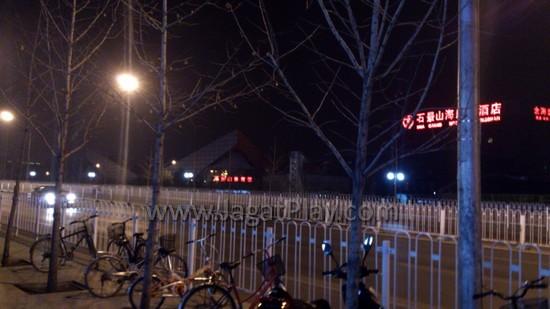 Shijingshan Stadium (kanan), malam sebelum turnamen MSI BEAT IT 2013 dimulai.